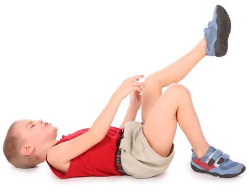 Боль при артрите колена удетей