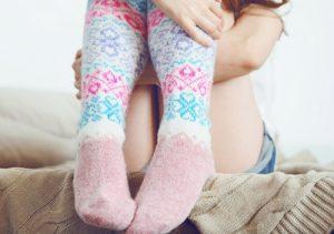 Разогревание суставов стопы с помощью йода и теплых носков