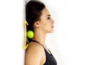 Гимнастика для шеи с мячиком у стены