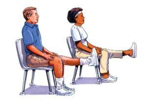 Разминка колена на стуле