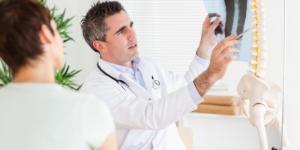 Наблюдение у врача после операции по удалению грыжи позвоночника