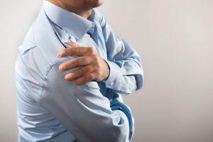 Ограничение подвижности плеча при атрите