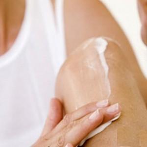 Втирание мази в колено перед массажем