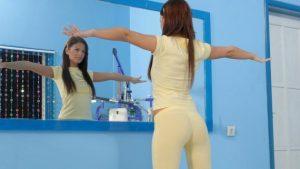 Выполнение упражнения перед зеркалом
